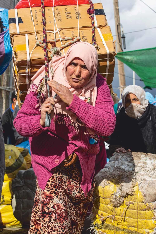Porteadoras slepen hun bundels bij de grensovergang Barrio Chino in Melilla over naar Marokko. © Ana Nance / Redux / HH