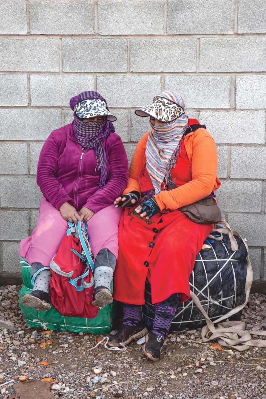 Porteadoras wachten op de bus naar de Spaans-Marokkaanse grens in Melilla. © Ana Nance / Redux / HH