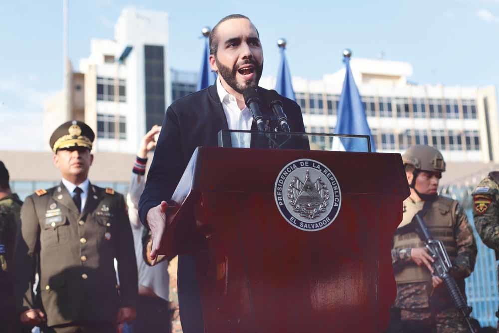 President Bukele van El Salvador spreekt zijn aanhangers toe voor het parlementsgebouw in San Salvador op 9 februari.  – © Salvador Meléndez / AP
