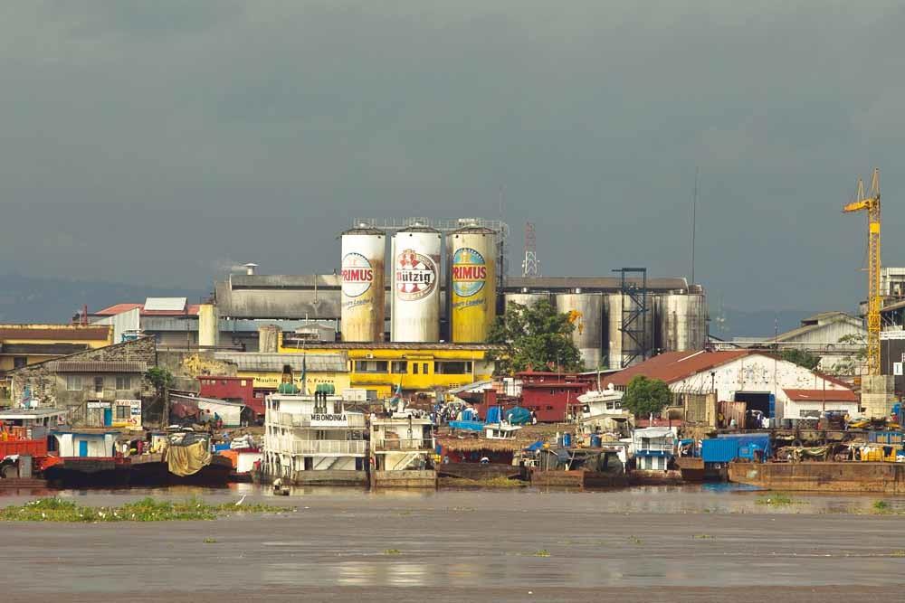 Biertanks van de merken Primus en Mutzig van de brouwerij Bralima in Kinsasha. Deze Congolese brouwerij is in handen van Heineken. – © Kris Pannecoucke / HH