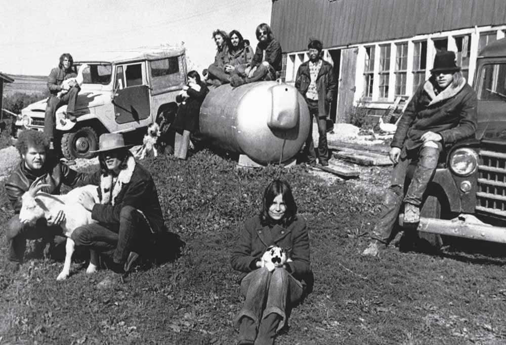 Leden van een commune in Cross Plains in de Amerikaanse staat Wisconsin poseren voor hun schuur, 1968. Net als in de jaren zestig en zeventig is het leven in een commune tegenwoordig weer populair in de Verenigde Staten.