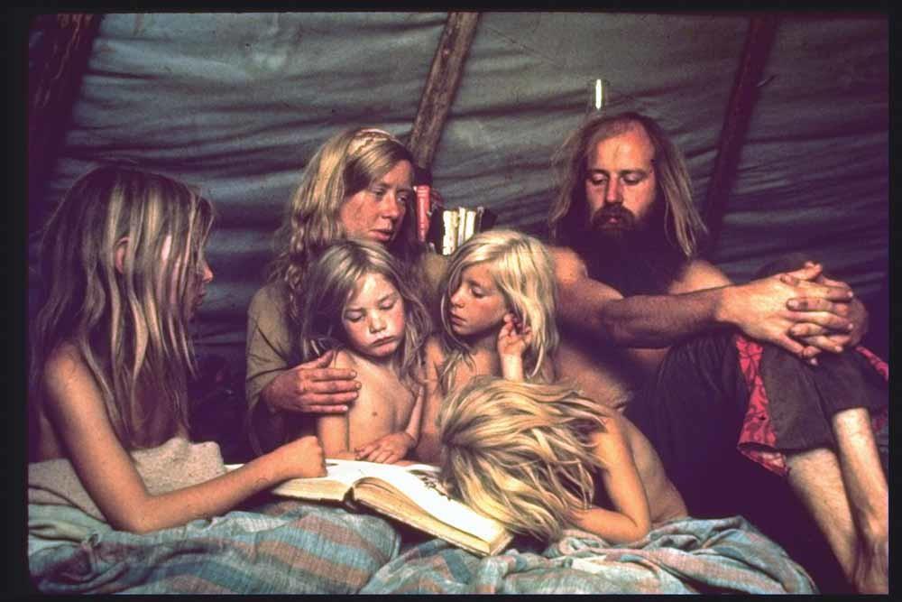 Ron en Nancy Bray met hun kinderen in de Mystic Arts-commune, jaren zeventig. – © John Olson / The LIFE Picture Collection / Getty