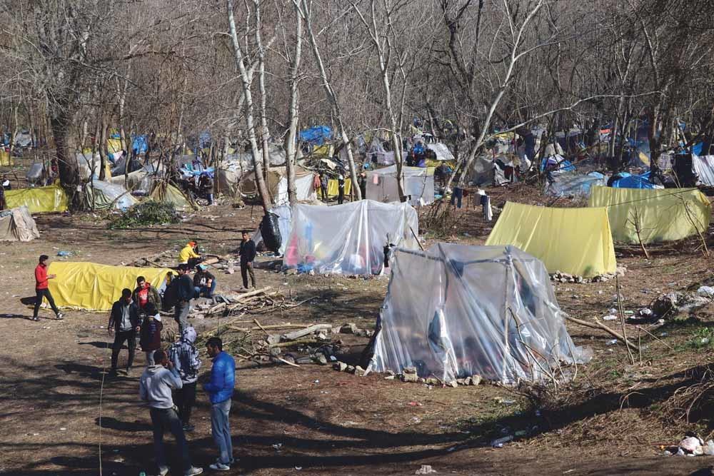 Sinds Turkije op 29 februari de grens heeft geopend bivakkeren asielzoekers in de bufferzone tussen de Turks-Griekse grens in de hoop dat Griekenland hen doorlaat. © Cihan Demirci / Getty