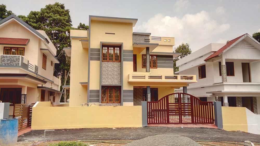 1. Nieuwbouwhuizen die te koop staan in Kizhakkambalam; 2. De Twenty20-supermarkt in Kizhakkambalam © Wikiwand