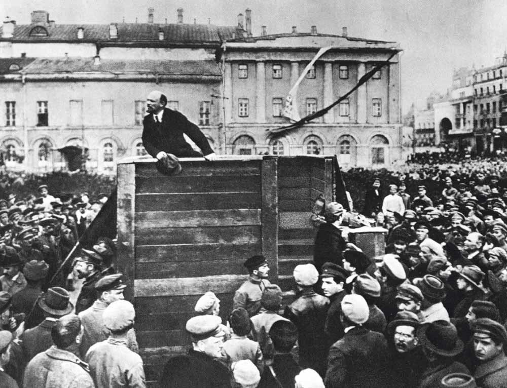 De Russische revolutionaire leider Lenin spreekt het Rode Leger toe dat vertrekt naar het front tijdens de oorlog tussen Polen en de Sovjet-Unie in 1920. – © Getty