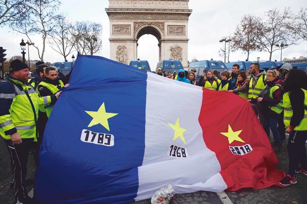 De gelehesjesbeweging protesteert voor de Arc de Triomphe in Parijs. © Chestnot / Getty