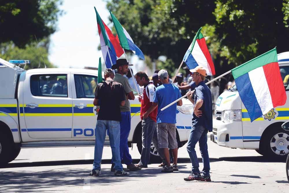 In januari 2016 ontstonden er protesten in de Zuid-Afrikaanse provincie Vrijstaat nadat een witte Boer twee werknemers had gedood tijdens een ruzie. Op de foto zijn Boeren te zien met de Vierkleur-vlag. – © Felix Dlangamandla / Getty