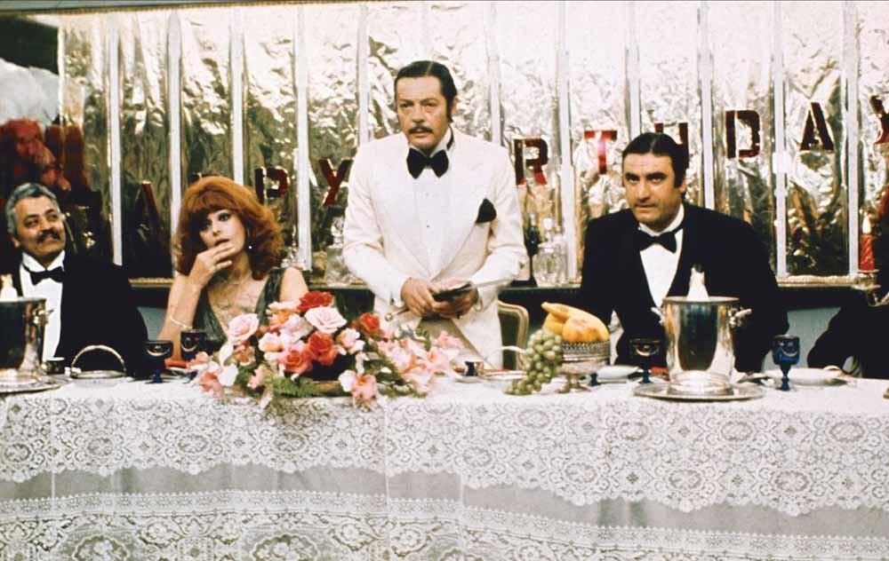 Sophia Loren, Marcello Mastroianni en Aldo Maccione in La Pupa Del Gangster (1975) van regisseur Giorgio Capitani. © Mary Evans Picture Library Ltd.
