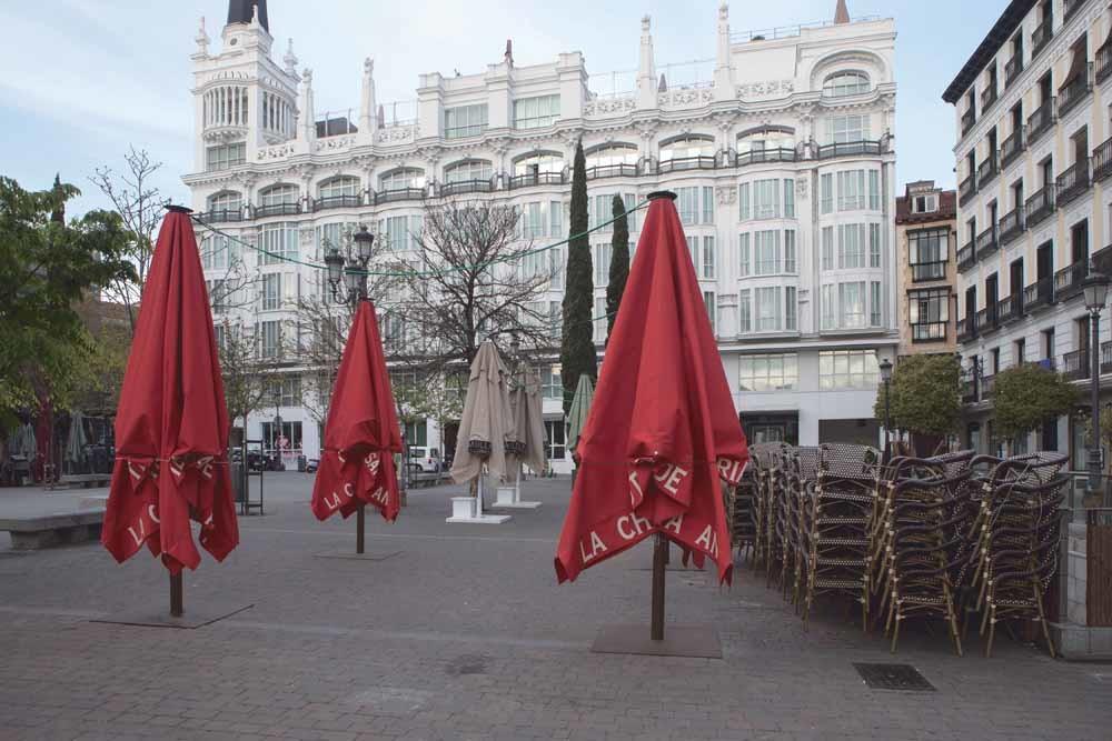 Gesloten terrassen op Plaza de Santa Ana in de Spaanse hoofdstad Madrid. Spanje is na Italië het zwaarst getroffen land; het officiële dodental stond er op 30 maart op 7424.  © Guillermo Gutierrez Carrascal / SOPA / ZUMA Wire
