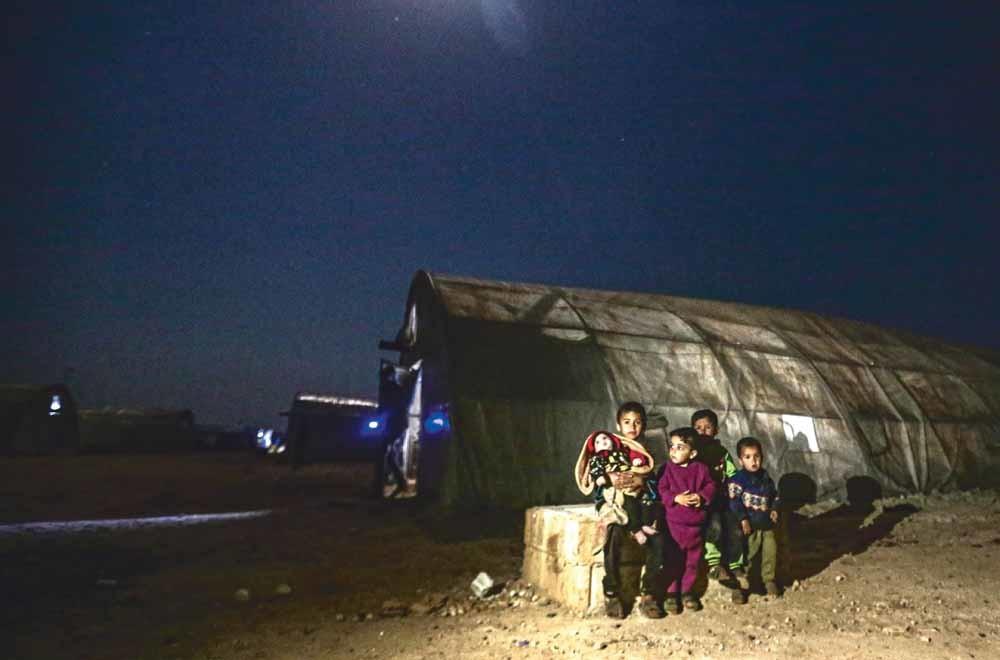 Een Syrisch gezien in vluchtelingenkamp Maâarrat Misrin in de Syrische provincie Idlib, nabij de Turkse grens. Aanvallen van het regime van Assad, gesteund door Rusland, houden aan in de regio.  © Muhammed Said / Anadolu Agency / Getty Images