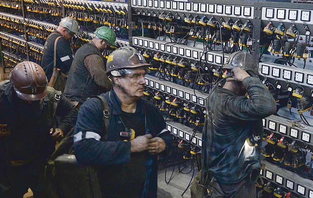 Silezische mijnwerkers bergen hun uitrusting op na hun dienst. Sinds 2018 zijn er al zeven mijnen gesloten in Polen, vooral in de zuidelijke regio Silezië.  © Czarek Sokolowski / AP Photo