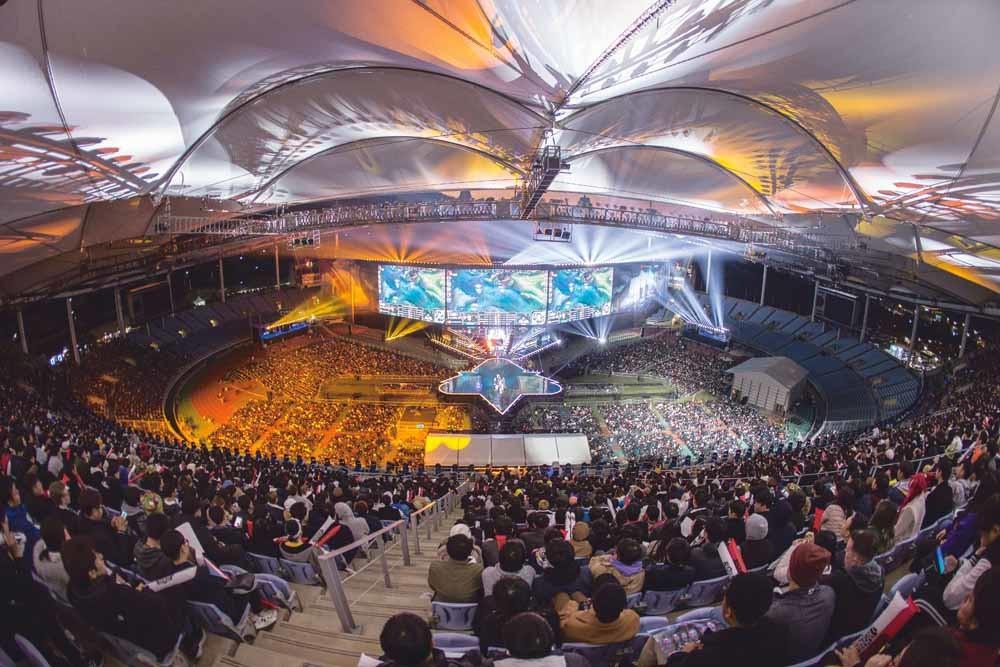 Duizenden League of Legends-fans kijken naar de finale van de wereldkampioenschappen van deze populaire fantasygame in de Zuid-Koreaanse havenstad Incheon op 3 november 2018. – © Hannah Smith / ESPAT Media / Getty Images