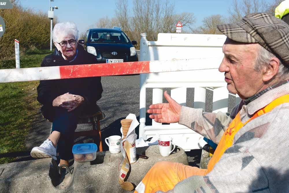 De Duitse Karsten Tüchsen Hansen (89) en Deense Inga Rasmussen (85) aan de Duits-Deense grens. – © Frank Molter / DPA