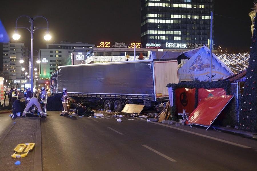 Amri pleegde een aanslag door met een vrachtwagen in te rijden op de kerstmarkt aan de Gedächtniskirche op de Breitscheidplatz in de Berlijnse wijk Charlottenburg. Zeker twaalf mensen kwamen daarbij om het leven. – © Getty Images