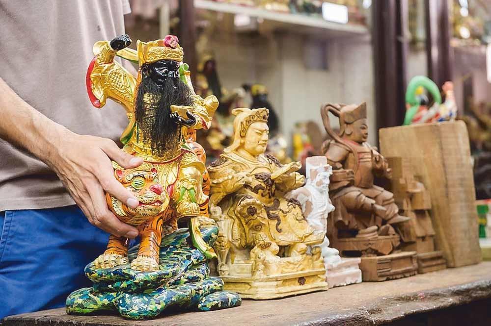 In de winkel Say Tian Hng ('Hemelse Tuin'), wordt onder het kritische oog van mater familias Tan Chwee Lian het eeuwenoude familiebedrijf van de familie Ng voortgezet. © Say Tian Hng Buddha Shop