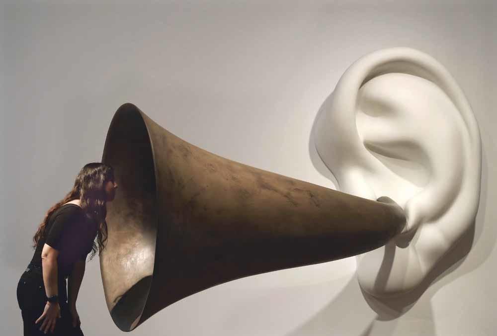 Een bezoeker in het museum Fundacio Joan Miro in Barcelona bekijkt het kunstwerk Beethoven's Trumpet van de in januari overleden conceptuele kunstenaar John Baldessari uit 2007.  © EPA / Andreu Dalmau