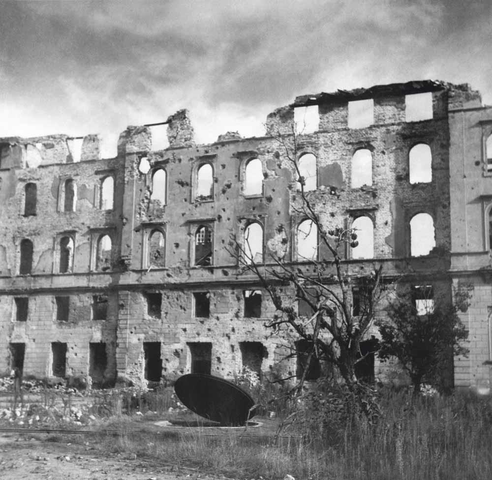 Foto 1: Uitzicht op de Nowy Świat-straat, 1946 – © Maria Chrząszczowa / Dorota Jarecka / Fundacja Archeologia Fotografii