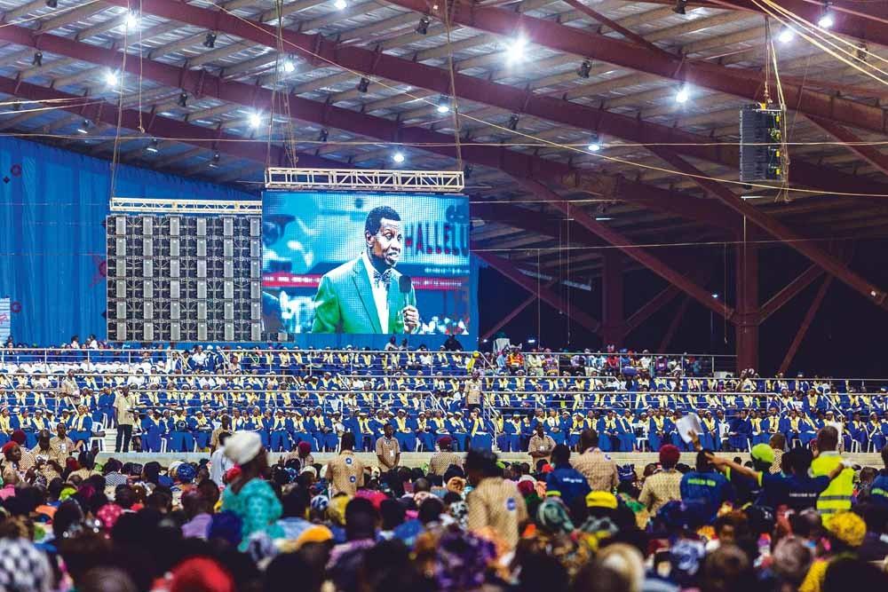 Een dienst van dominee Enoch Adeboye in een megakerk in Lagos, in 2017. In hallen als deze kwamen soms tot wel tweehonderdduizend mensen luisteren naar de charismatische dominees uit de pinkstergemeenschap. – © Andrew Esiebo / The Guardian / Eyevine