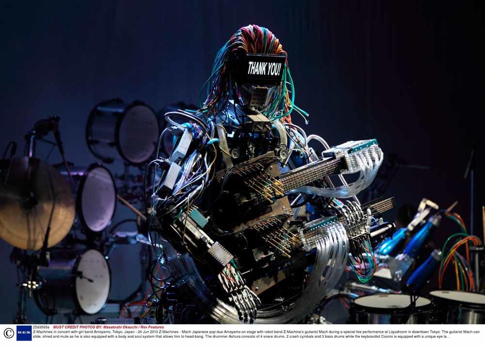Robotband Z-machines: gitarist Mach, drummer Ashura (21 stokjes) en keyboardspeler Cosmo. De makers, Japanse ingenieurs, hopen Z-Machines ooit in de ruimte te kunnen laten optreden. – © Masatoshi Okauchi / Hollandse Hoogte