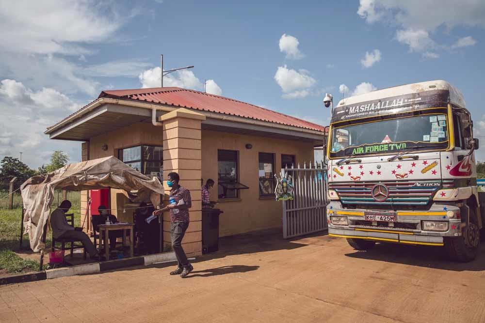 Een checkpoint bij de grens tussen Zuid-Soedan en Oeganda.– © Sally Hayden / SOPA / Getty