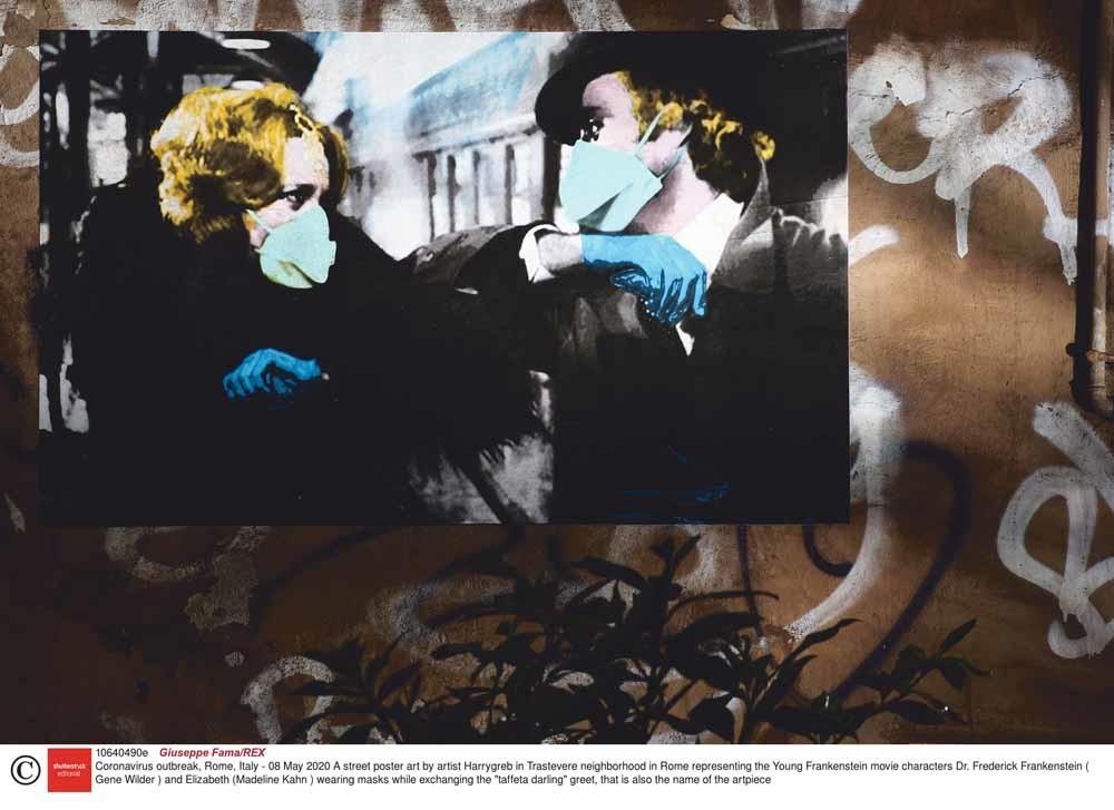 Madeline Kahn en Gene Wilder in Young Frankenstein (1974) geven elkaar een elleboog, op een poster van street-artkunstenaar Harry Greb in de Romeinse wijk Trastevere.  – © Giuseppe Fama / Rex / HH