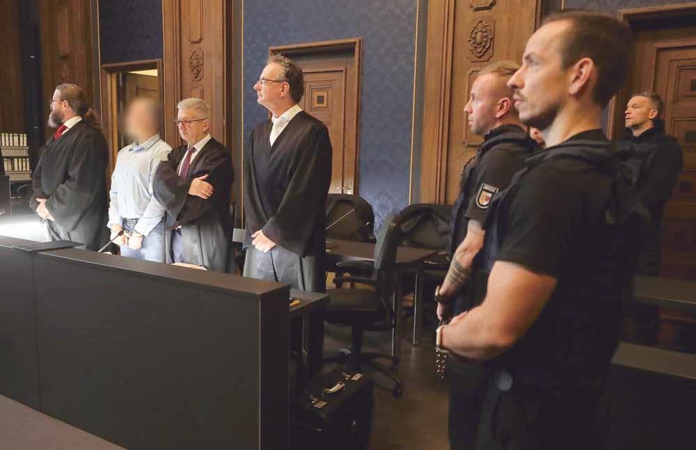 Marko Gross wordt op 20 november 2019 de rechtbank in Schwerin (Mecklenburg-Vorpommern) binnengeleid. Gross was lid van Nordkreuz, een extreemrechtse groepering die zich voorbereidde op 'Dag X'. – © Bernd Wüstneck / DPA