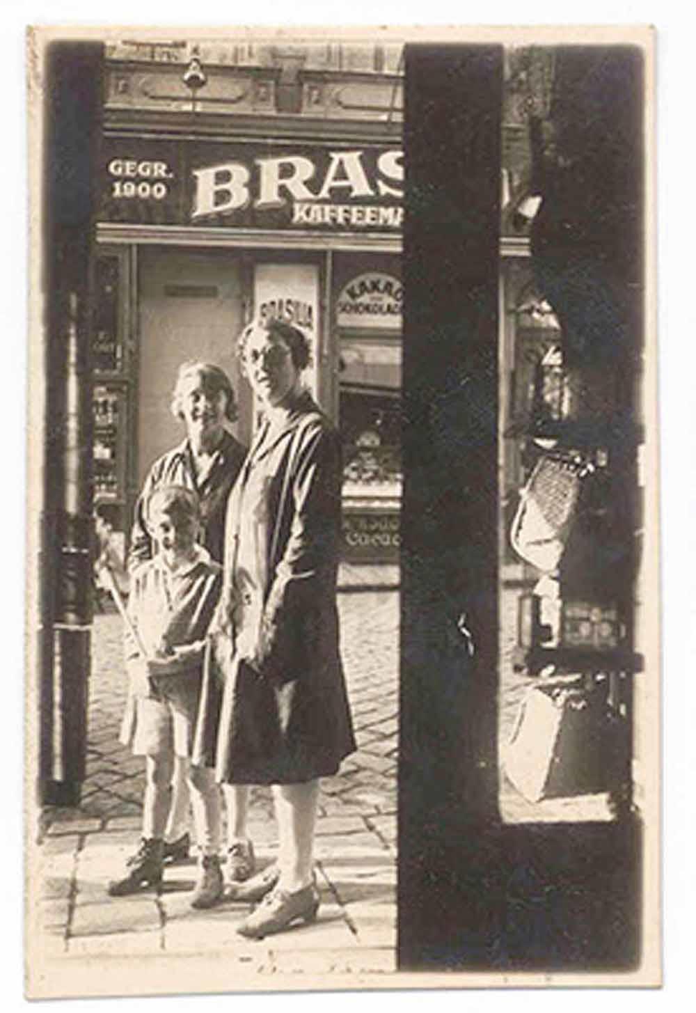 Arlen en zijn tantes Gretl en Rosl voor het warenhuis van de familie, 1928.