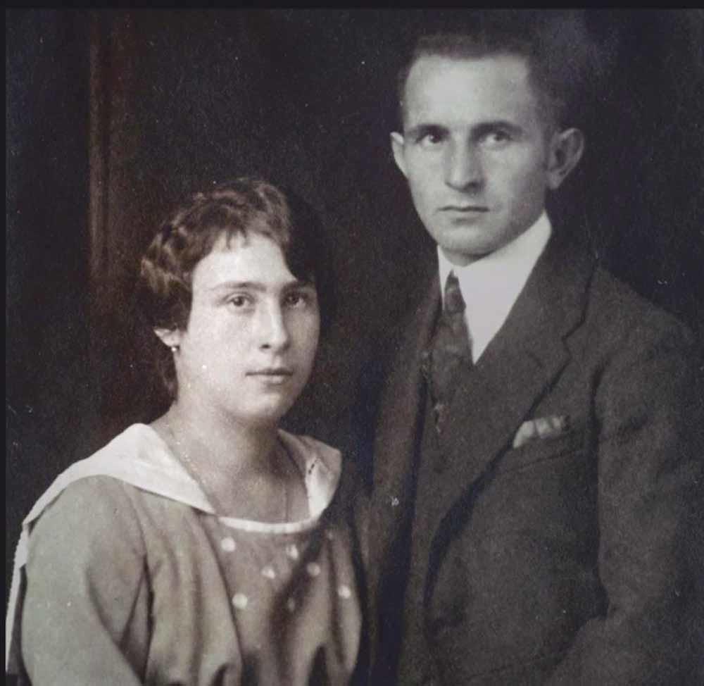 Mina (née Dichter) en Michael Aptowitzer, Arlens ouders.