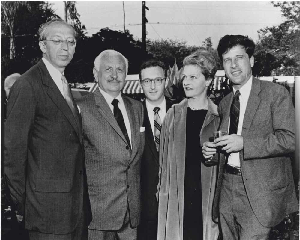 V.l.n.r. Aaron Copland, Irving Mills, Arlen, Anne Mahler en Lukas Foss.