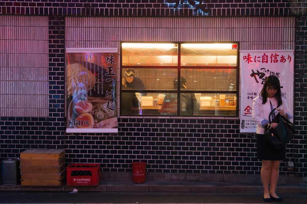 Een noedelrestaurant in het Shimokitazawa-district van Tokio. – © Noriko Hayashi / Getty Images