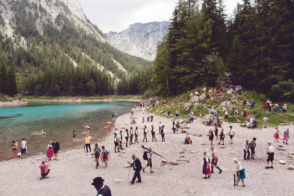 Weisenblasen om Grüner See, Oostenrijk, serie 'A happy day in Europe,' 2014. – © Lars van den Brink