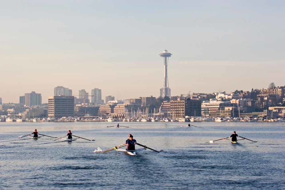 Roeiers op Lake Union in Seattle, met op de achtergrond de beroemde Space Needle. © Joel Rogers / Corbis