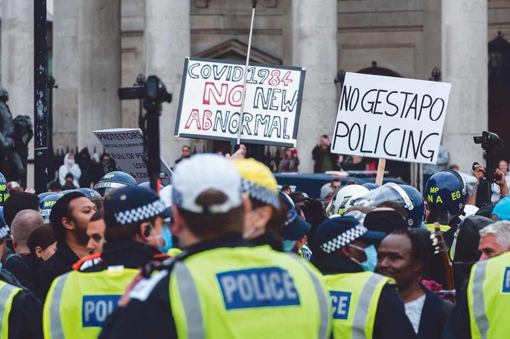De Britse politie grijpt in bij een demonstratie van 'Unite for Freedom' tegen de coronamaatregelen, op 26 september op Trafalgar Square. – © Wiktor Szymanowicz / NurPhoto / Getty