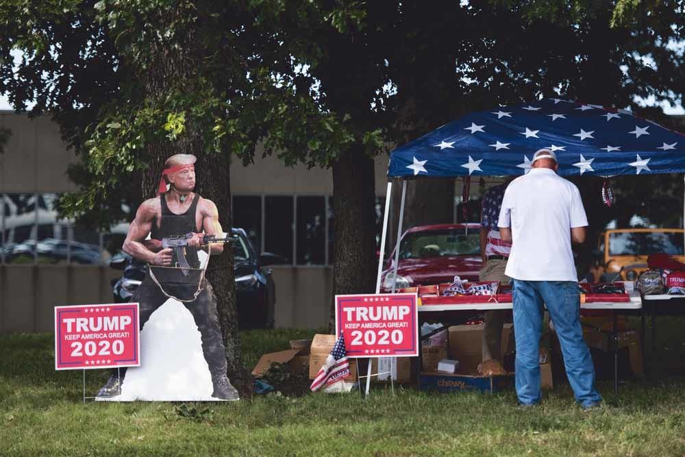 Een stand met campagnemateriaal voor Trump bij een rally op 8 september in Winston-Salem, North Carolina. – © Sean Rayford / Getty