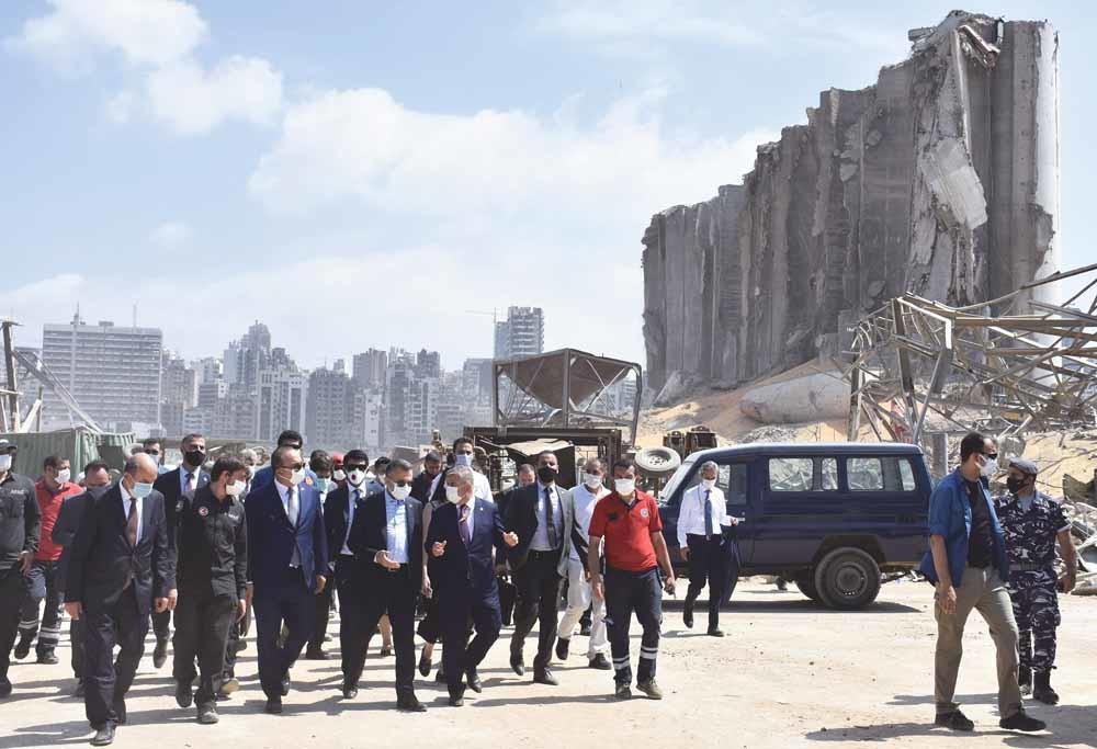 De Turkse vicepresident Fuat Oktay en minister van Buitenlandse Zaken Mevlüt Çavusoglu bezoeken Beiroet na de verwoestende explosie van 4 augustus in de haven van de Libanese hoofdstad. © Mahmut Geldi / Anadolu / Getty
