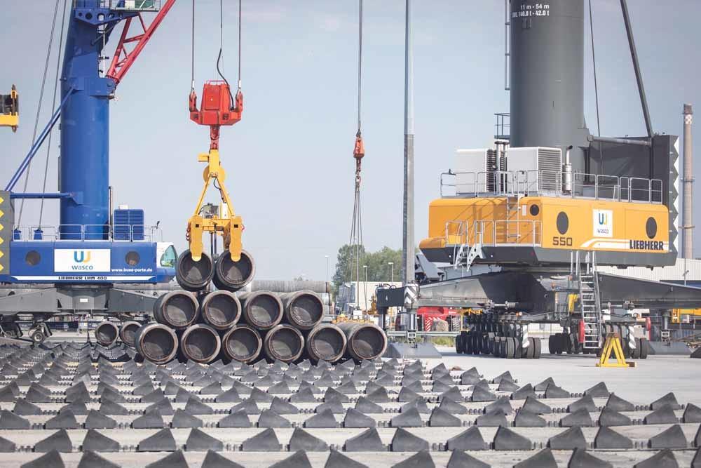 In de haven van Sassnitz liggen de grote pijpen klaar voor de bouw van de Nord Stream 2-pijpleiding.  © Axel Schmidt / Getty