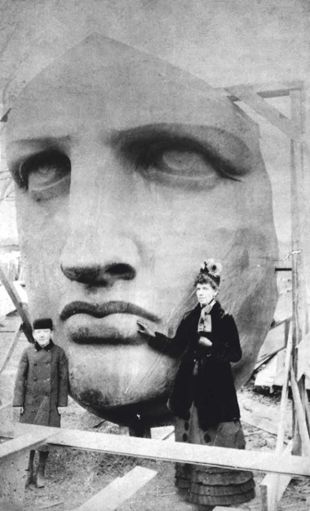 Het gezicht van het Vrijheidsbeeld wordt na aankomst in New York op 17 juni 1885 uitgepakt.