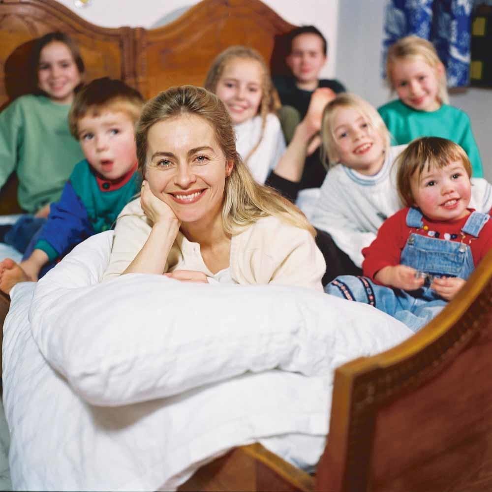 Ursula von der Leyen met haar zeven kinderen in 2003. In dat jaar werd ze minister van Sociale Zaken en Familie in Nedersaksen. – © Ullstein Bild