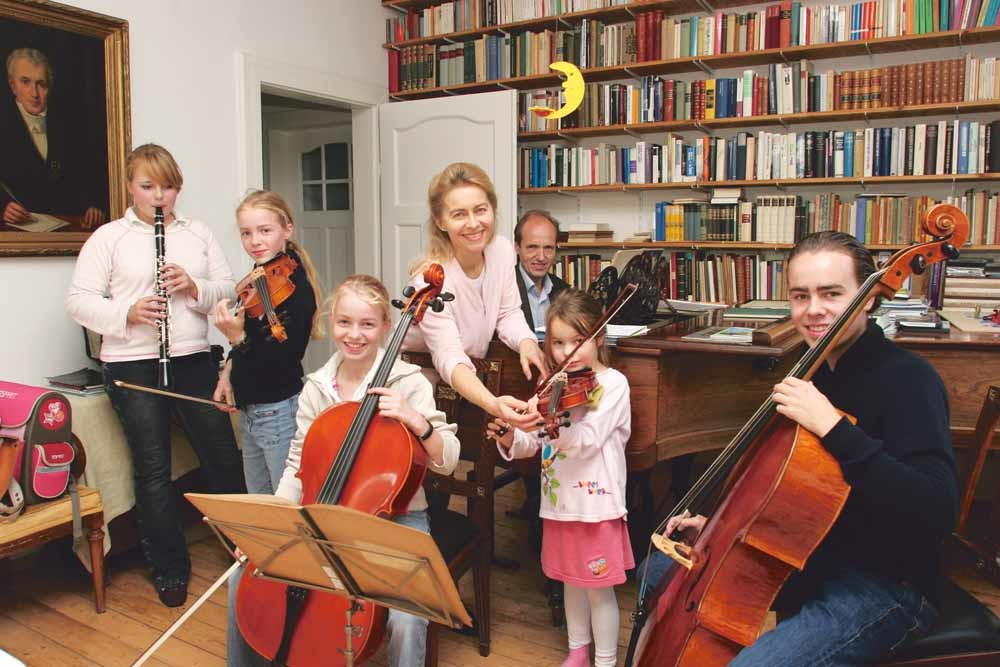 Ursula, haar man Heiko (achter de piano) en haar kinderen in 2005 in hun huis in Hannover. Dat jaar werd ze minister van Jeugd en Familiezaken in het kabinet van Angela Merkel. – © Bruno Bachelet / Paris Match / Getty