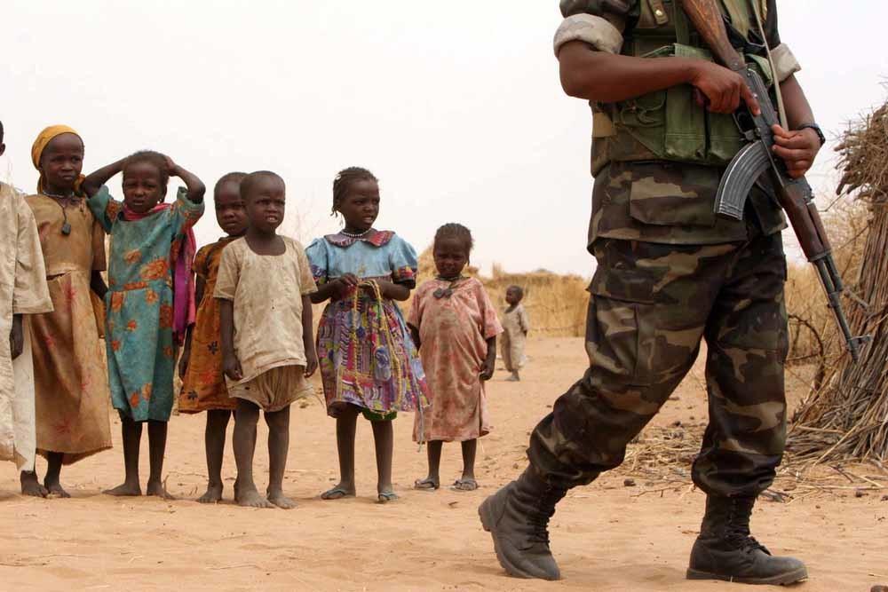 Afrikaanse troepen in Darfur, een regio die geregeld wordt getroffen door droogte én conflicten. –   © Michael Kamber / HH