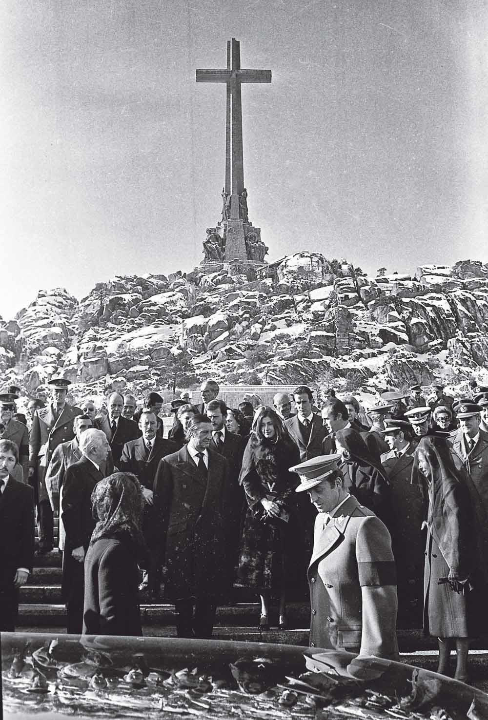 De Spaanse koning Juan Carlos I (vooraan met rouwband) en koningin Sofía zijn aanwezig bij de begrafenis van generaal Francisco Franco op 23 november 1975. Franco's dood luidde de overgang naar de democratie in. – © ANP