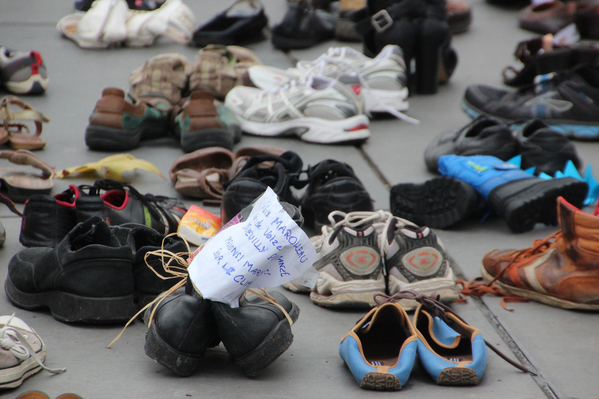 Een in het oog springende actie: voor aanvang van de klimaattop plaatsten demonstranten honderden paren schoenen op de Place de la République. – © Takver / Flickr Creative Commons