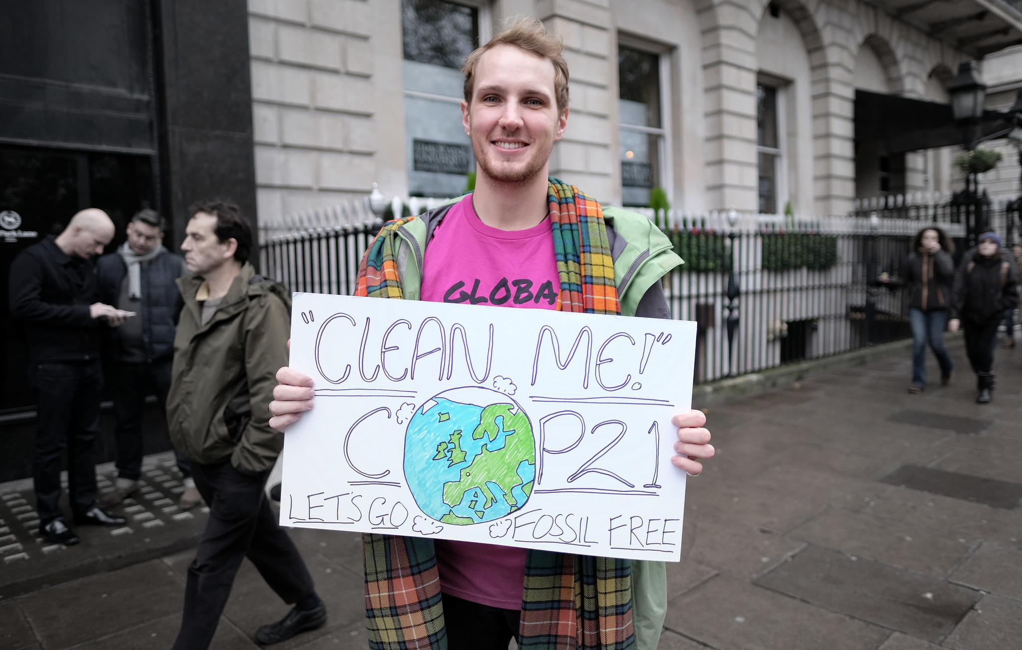 Demonstrant in Londen met een boodschap voor de klimaattop in Parijs. – ©  Alisdare Hickson / Flickr Creative Commons