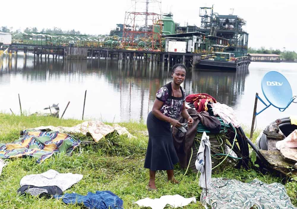 Olieplatform Belema in Nigeria werd in  2017 bezet door demonstranten uit de  lokale gemeenschap die banen en betere leefomstandigheden eisten. SPDC, een dochteronderneming van Shell in Nigeria,  is een van de exploitanten.  © Utami Ekpei / AFP