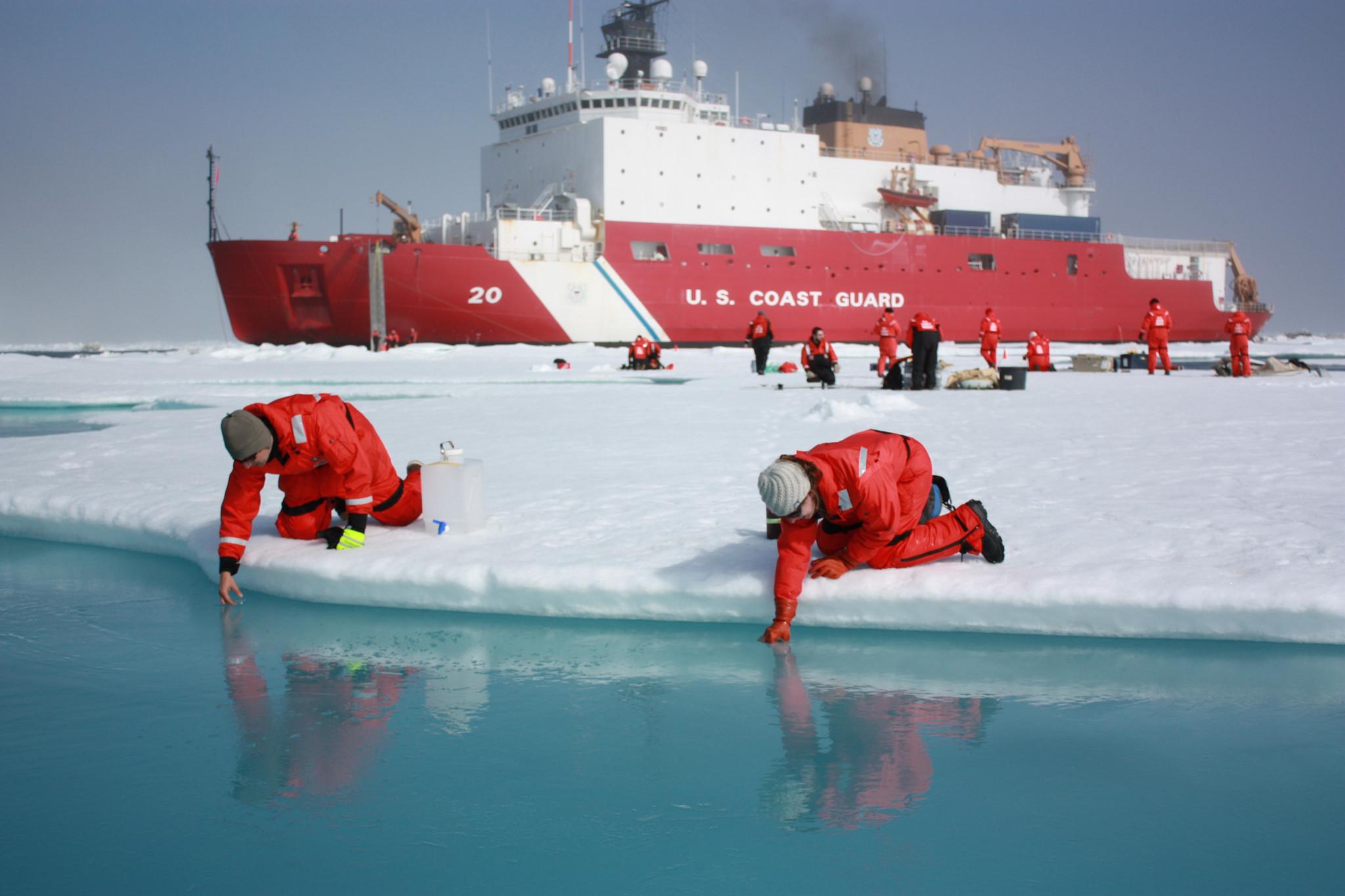 Onderzoekers van het Scripps Institution of Oceanography nemen watermonsters in de Tsjoektsjenzee. – © NASA/Kathryn Hansen