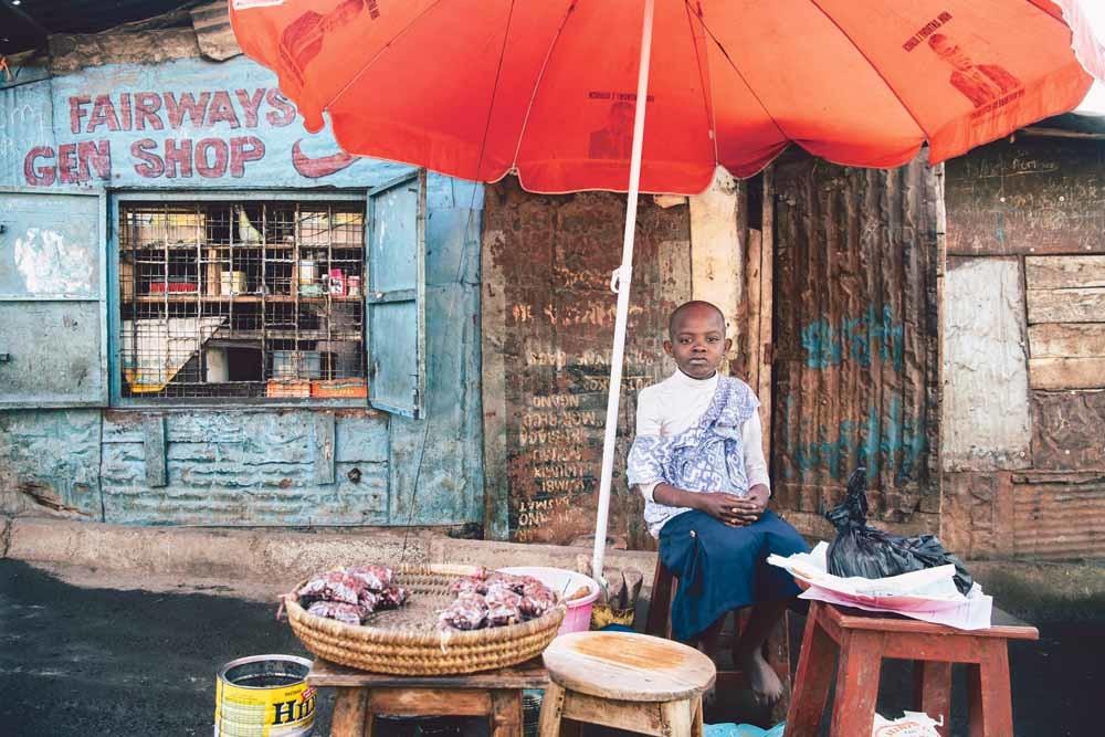 Een etenskraam in de Keniaanse hoofdstad Nairobi. Kenia werkt aan het basisinkomen, ook voor marktkooplieden. – © Getty
