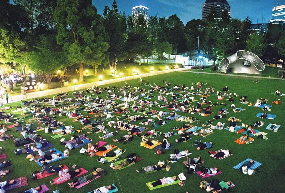 'Night Yoga': In Tokio krijgen kantoorwerkers een yogales aangeboden. – © The Asahi Shimbun / Getty