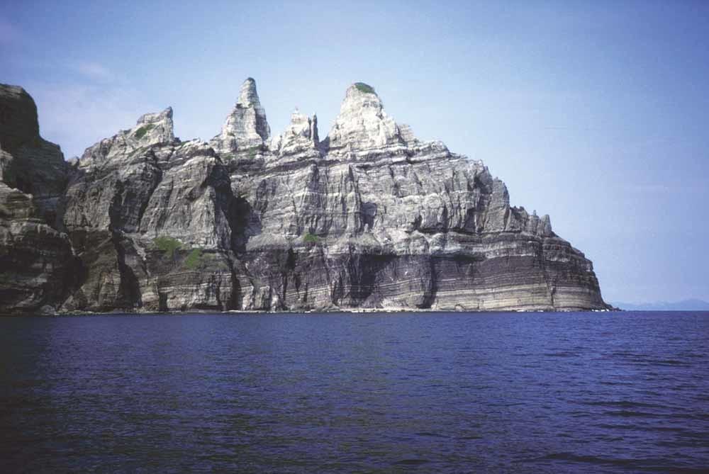 Een spitse bergtop, Pinnacle genaamd, houdt als een rotskasteel de wacht over de zuidelijke flank van St. Matthew. © Wikipedia