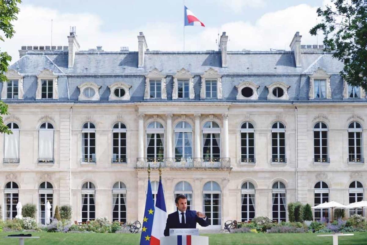 De Franse president Emmanuel Macron gaf op 29 juni 2020 een speech over klimaatverandering voor het Élysée-paleis in Parijs. – © Christian Hartmann / Pool / AFP