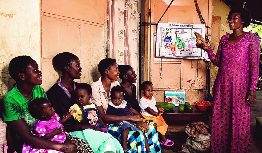 Oegandese moeders krijgen les over gezonde voeding. © Stephan Gladieu / World Bank / CC